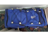 PULL HANDLE LUGGAGE TRAVELLING BAG IN BLUE LOOKS LIKE A MEDIUM