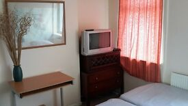 LOVELY DOUBLE ROOM NO DEPOSIT F/FURN,COUPLES OK, WIFI,£130 P WEEK SHARE HOUSE, INCBILLS CLOSE CITY