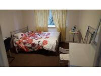 En Suite Double Room Close to Beckton DLR & Shops (Self contained private bath/shower & wc)