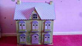 Beautuful dolls house in amazing condition with furniture