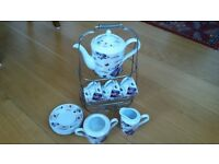 Porcelain coffee set. Incl sugar bowl, jug and caddy to hold all.