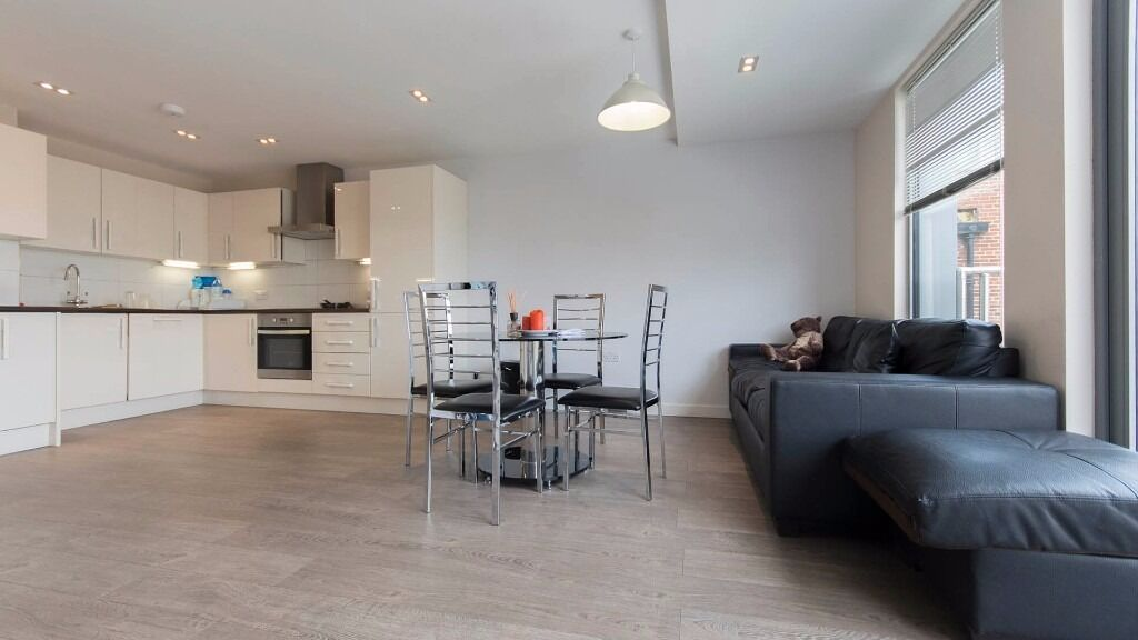 **THREE BEDROOM FLAT** Private Balcony! FURNISHED!! INCLUSIVE OF HEATING & HOT WATER! HOXTON N1!!