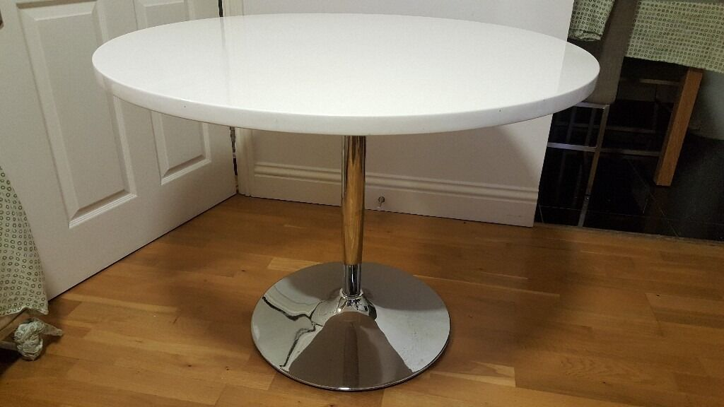 Styling dining table in very good condition