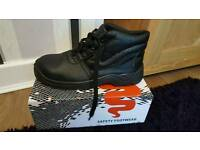 Mens safety boots - size 10 - new in box