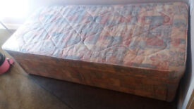 SIngle divan bed with 2 storage drawers - Excellent, clean condition