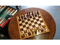 ANTIQUE WOODEN CHESS SET AND BACKGAMMON IN LEATHER CASE £12.00