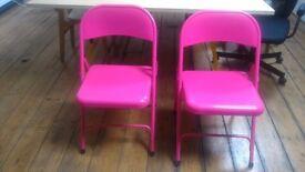 2 Macadam Pink Metal Folding Chairs
