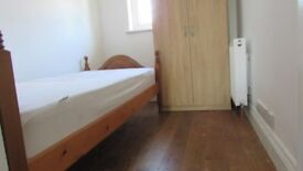 Cosy single room,zone 3, 3 min walk to mitcham Eastfields railstation, parking,bills and wifi incl