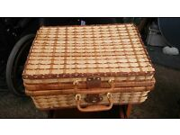 Hamper picnic basket - wicker lined