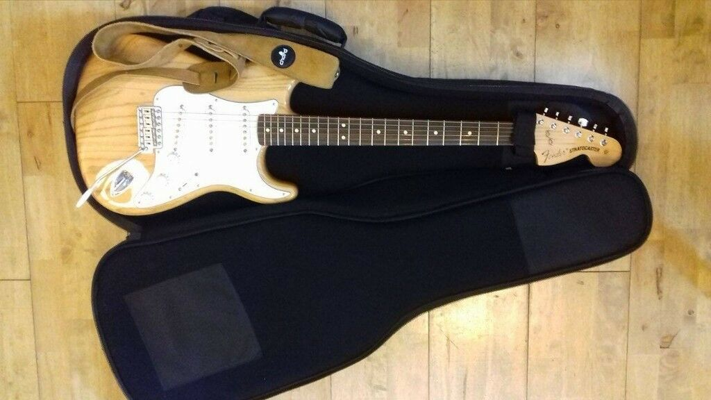 99f24087ad6 Fender Classic Series '70s Stratocaster + Leather Strap + Gig Bag | in ...
