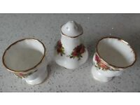 PAIR OF BEAUTIFUL ROYAL ALBERT OLD COUNTRY ROSES EGG CUPS AND SALT SELLER