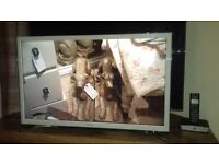 "Samsung 32"" Smart TV in white"