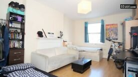 Double/Twin room in a flatshare with 3 other. Shepherds Bush, Zone-2. All bills and wifi inclusive