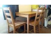 Ikea table with 4 chairs in very good conditions.