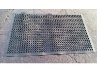Non slip rubber floor mat
