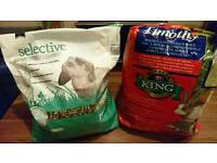 Free Rabbit feeding Hay and nuggets