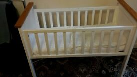 baby cot (baby crib)