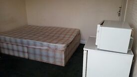 BREIGHTMET BOLTON SPACIOUS DOUBLE ROOM IN MANAGED HOUSE PRIVATE AVENUE BILLS INC FREE WIFI