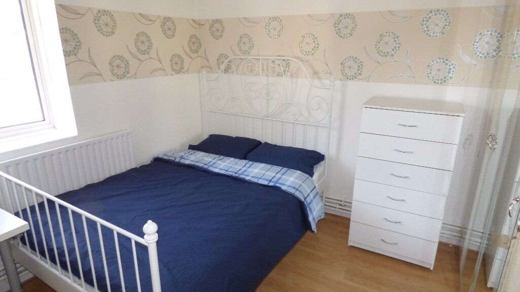 * NO ADMIN FEE * Cosy Double Room / Westferry, Docklands Area / All Bills Inc / Available NOW !!