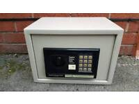 Safe box for cash juwlery and others valuable items with code pin!can deliver or post!