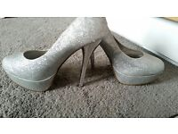 Stunning size 5 sparkly shoes.