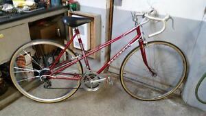 Vélo de course Peugeot rouge 10 vitesses roues 27po cadre 21po