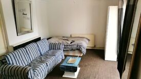 HUGE TWIN/TRIPLE ROOM WITH BALCONY IN SEVEN SISTERS/MANOR HOUSE