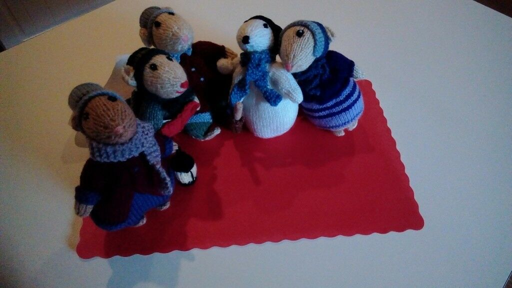 HAND KNITTED CHRISTMAS CAROL SINGERS