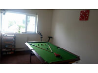 Snooker table with snook balls and 2x clue