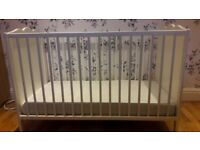 Unisex white baby cot with 2 adjustable settings and a mattress with cover