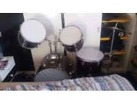 Drumkit in good condition. Snare drum and stool included. Ideal for beginner.