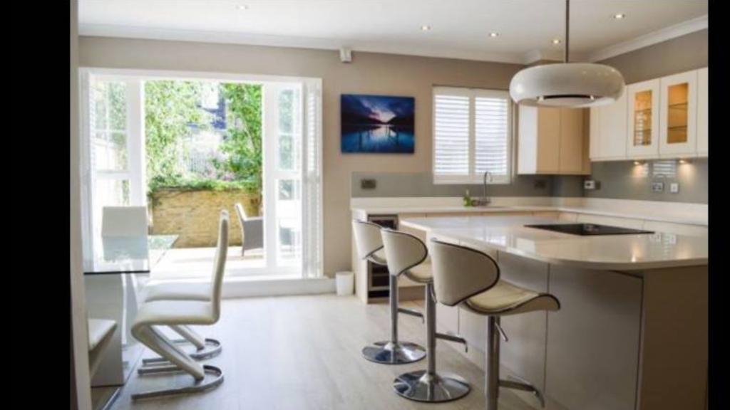King size room in private estate in Surbiton