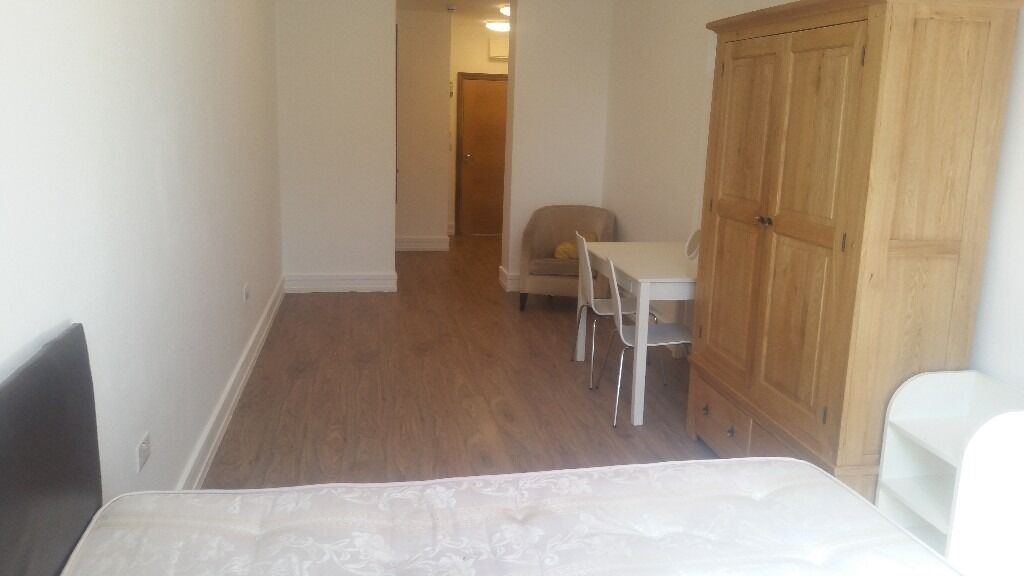 LUXURIOUS STUDIO FLATS WITH GYM NEXT TO CHADWELL HEATH STATION. *RENT INCLUDES WATER & WIFI*.
