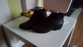 Pair of Mantaray boots in brown size 8. Worn once