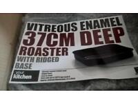 Brand new boxed Set Vitreous Enamel Deep Roaster & Carving Tray