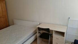 Spacious Double room for a couple or friends can be twin room in west brompton