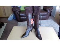 Leather Ladies Boots size 6 (Brown)