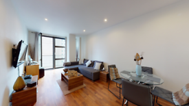2 bedroom flat in Discovery Dock Apartments West, South Quay Square, London E14