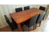 Lovely Dining room table and 6 chairs, excellent condition