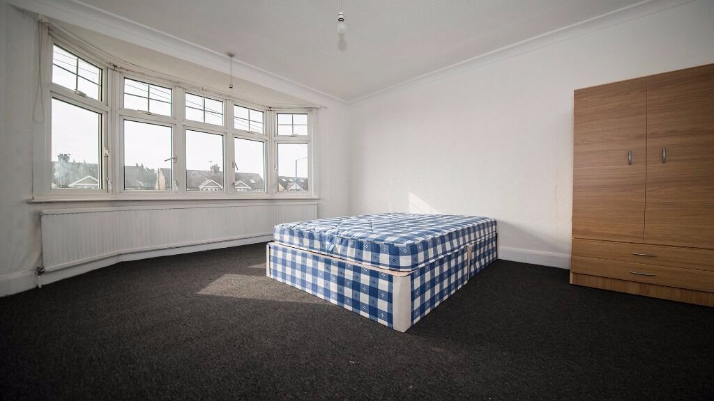 AVAILABLE NOW!!! HUGE DOUBLE ROOM, FURNISHED, INC ALL BILLS, PARKING, GARDEN, 3 BATHROOMS! ENFIELD