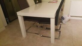 WHITE DINNING TABLE IN GLOSS WHITE AND AS NEW CONDITION