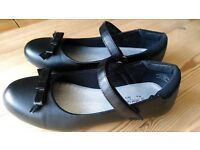 Girls Black School Shoes With Bows Size 4 Like New Condition