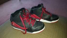 Boys Nike basketball shoes trainers Suze 1