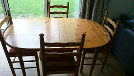 Pinewood 4-6 Extendable Dining Table with 4 chairs. Very good condition.