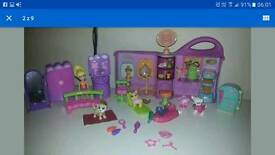 LITTLEST PET SHOP DOGGIE CAFE and Polly Pocket hair saloon + 4 figures lot