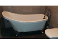 Freestanding bath tub. STUNNING!