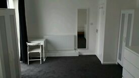 Roomshare for 2 guys. 1 space available. Close to Elephant and Castle