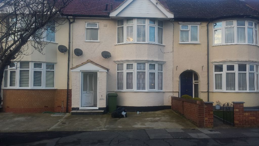 MODERN 3 BEDROOM GROUND FLOOR FLAT READY TO MOVE IN CHADWEL HEATH. RENT INC COUNCIL -TAX