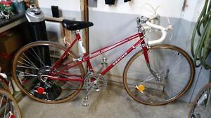 Vélo de course sekine rouge 10 vitesses roues 27po cadre 20po