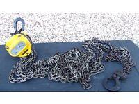 Yale 0.5 tonne heavy duty hoist +mechanic vices for extra